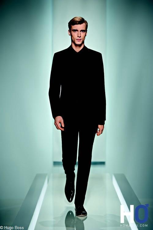 la marque HUGO innove en proposant cette saison le costume SUPER BLACK