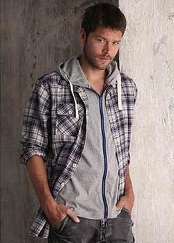 Branchée et top tendance ! La chemise faux 2 en 1 à carreaux. Tee-shirt : zippé à capuche. Chemise : boutonnée. 1 poche poitrine à rabat boutonné. Empiècement coudes. Découpes dos. Coupe légèrement ajustée.