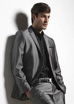 Pour une tenue élégante ! La veste brillante. Poches : 3 à rabat + 1 poitrine avec pochette + 2 intérieures. Fente dos.