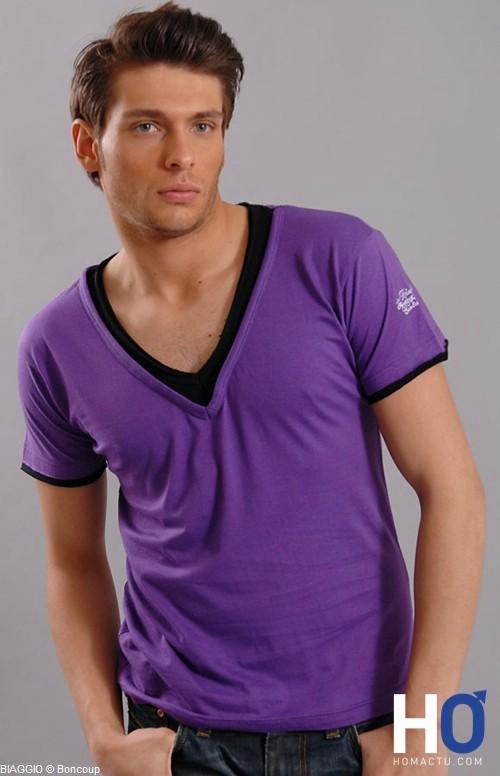 Tee Shirt Homme BIAGGIO violet et noir. Manches courtes, col V. Effet de superposition au col et aux manches, finition roulottée. Logo brodé sur manche gauche.