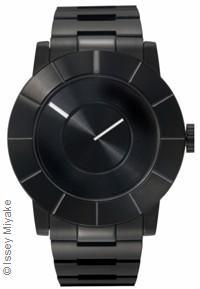 La collection TO par Tokujin Yoshioka chez Issey Miyake est unique, une montre au design exceptionnel et brut, que l'on croirait directement issue d'un bloc métallique