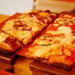 Planche avec une part de pizza