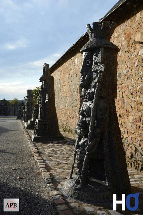 Allée avec sculptures monumentales