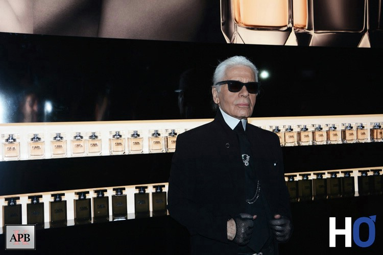 Karl Lagerfeld devant le mur de parfums.