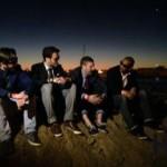 Photo de groupe au lever du soleil sur la plage de Puerto Olympic