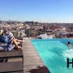Repos bien mérité au bord de la piscine la piscine de l'hôtel Gran Central