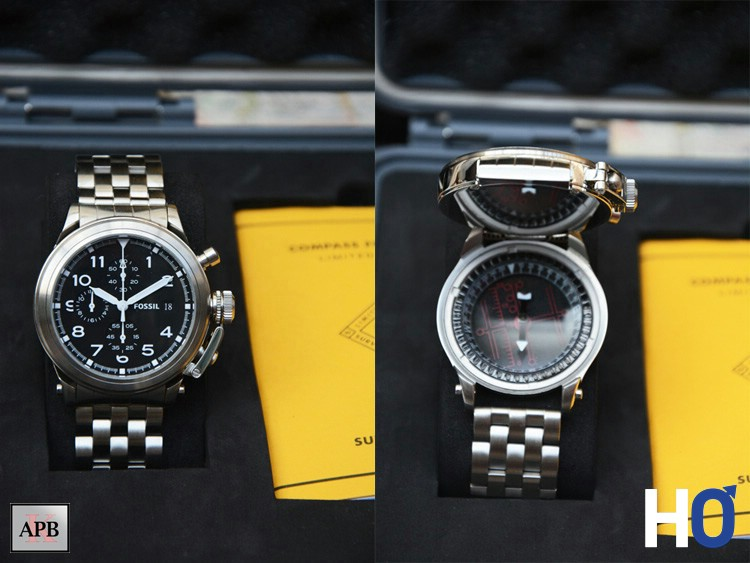 A gauche en position Montre, à droite, la montre relevée en position Boussole