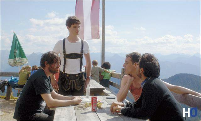 Les trois mis et le serveur autrichien en culotte de cuir.