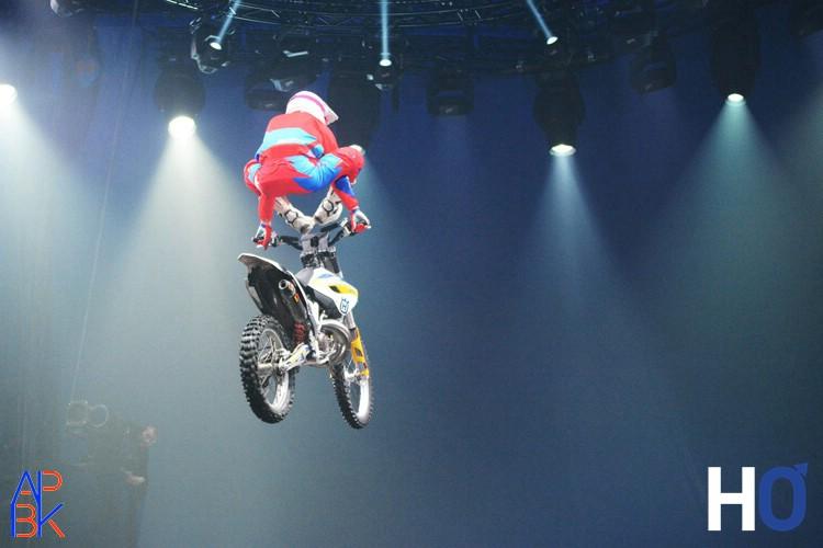 FMX RiderS Saut au dessus de la sphère.