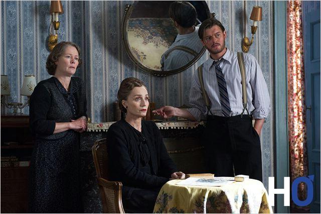 La servante, la belle-mère e Lucile ( Kristin Scott Thomas) et Benoït Labarie (Sam Riley) recherché par les allemands.,