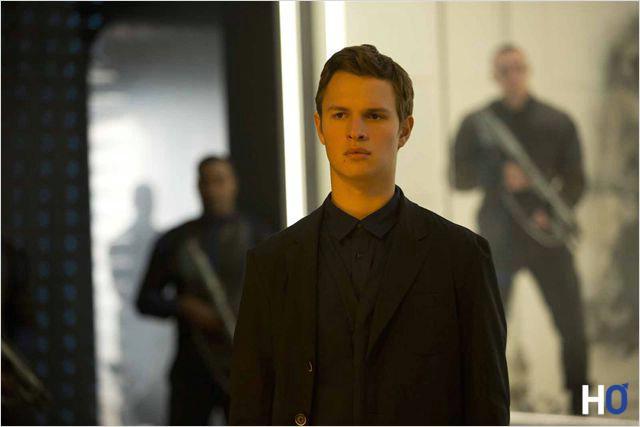 Caleb ( Ansel Elgort ), frère de Tris