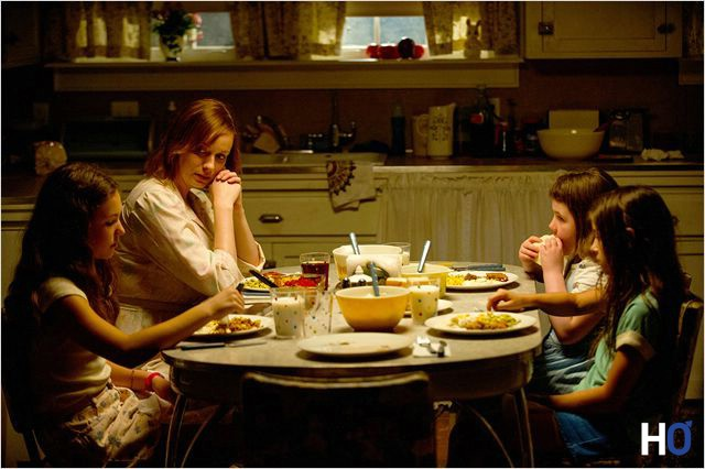 Sa mère Patty (Christina Hendricks) et ses sœurs à table.