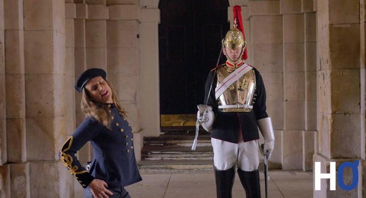 Camilla montrant la chorégraphie au garde royal.