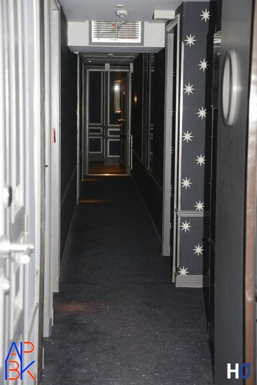 Le couloir qui dessert les chambres à chaque étage.