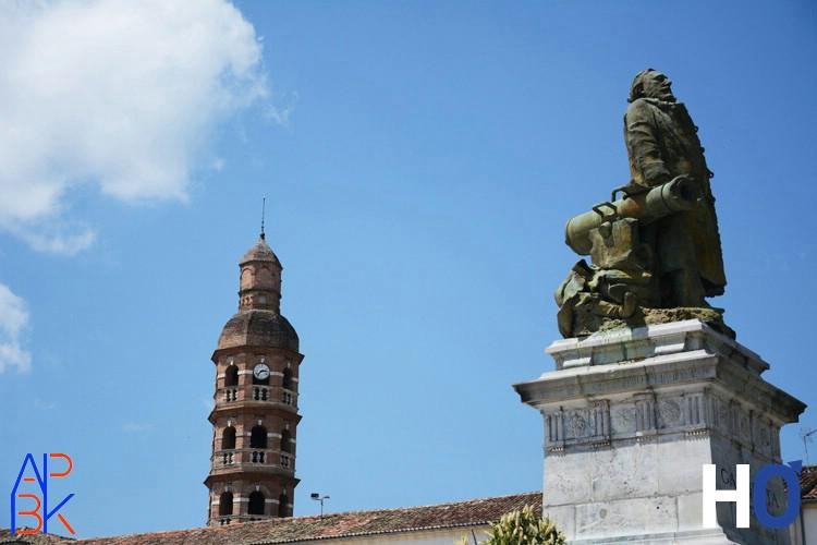Place Gambetta et campanile du collège Gambetta