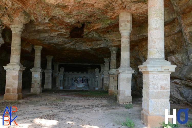 Une des plus anciennes chapelles, dans la roche.