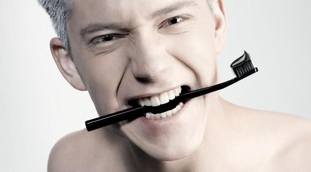 Curaprox : dentifrice noir pour dents blanches !