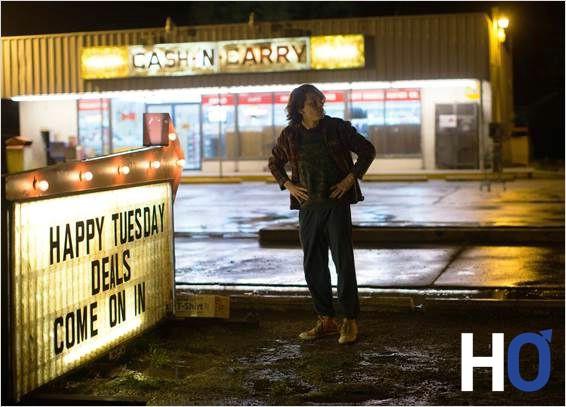 Mike Howell (Jesse Eisenberg) sur le lieu de son travail.
