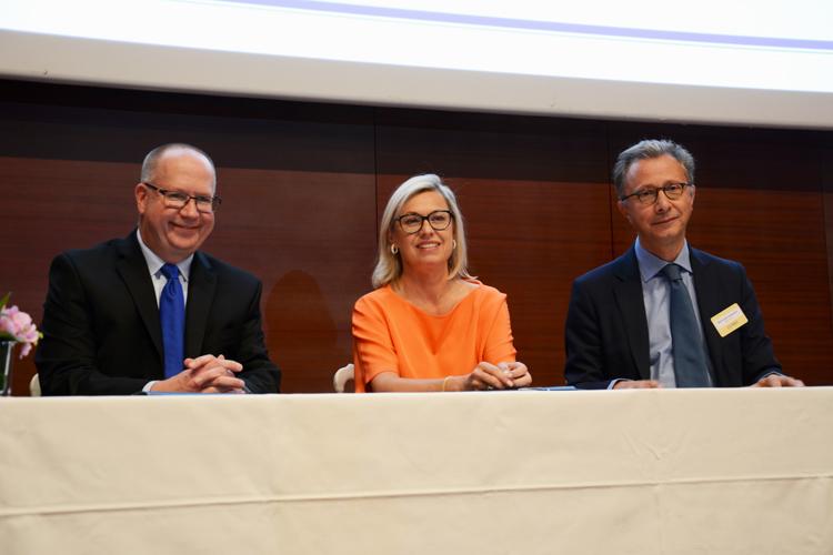 Peter Tod (Directeur Général d'HEC Paris) Chantal Gaemperle, (Directeur Ressources Humaines et Synergies du groupe LVMH) et Bertrand Léonard ( Président de la Fondation HEC)