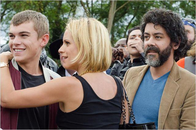 Gabriel ( Zacharie Chasseriaud) , Mathilde (Veerle Baetens) et Martin (Manu Payet)