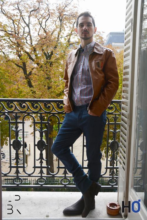 Modèle : Jérôme Veste en cuir marron, chemise à carreaux et jean : Fernand Bachmann, chaussures : Heyraud