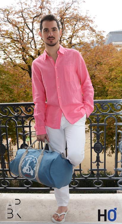 Modèle : Jérôme Chemise et pantalon bland : Europann, Sac bleu : Jott