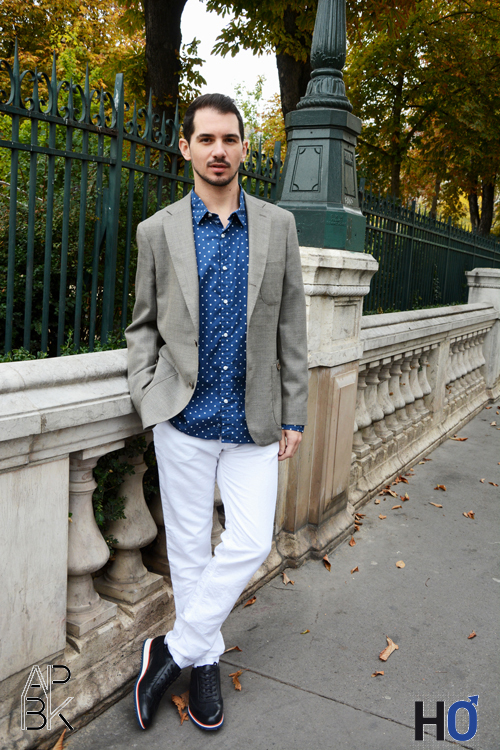 Modèle : Jérôme Blazzer et basket : Fernand Bachmann, Chmeise bleu à pois et pantalon blanc : Europann