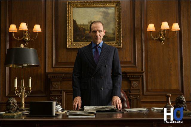 M ( Ralph Fiennes )