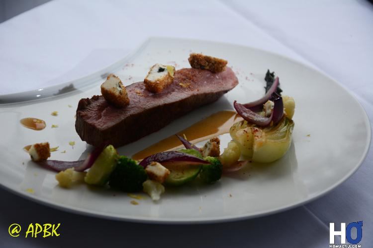 Plat : Foie gras poêlé à la moutarde violette, copeaux de roquefort et magret fumé, Magret de canard flambé au porto sauce aigre douce et croustillant pané de roquefort