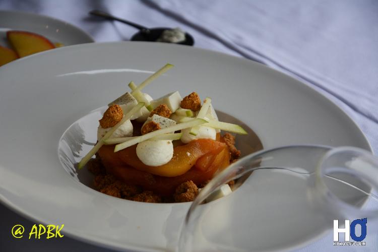 Dessert :Tarte Tatin pomme-poire et roquefort flambée au rhum accompagnée de sa caresse de roquefort