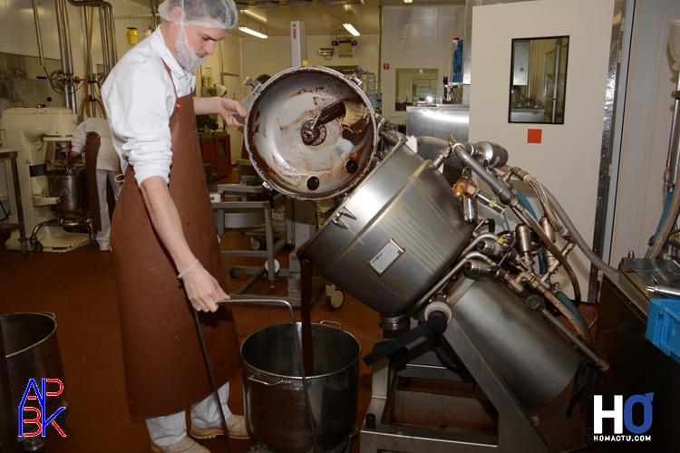 Préparation de la plaque de chocolat pour faire les bouchées