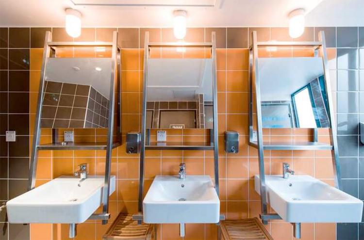 Salles de bains communes aux dortoirs