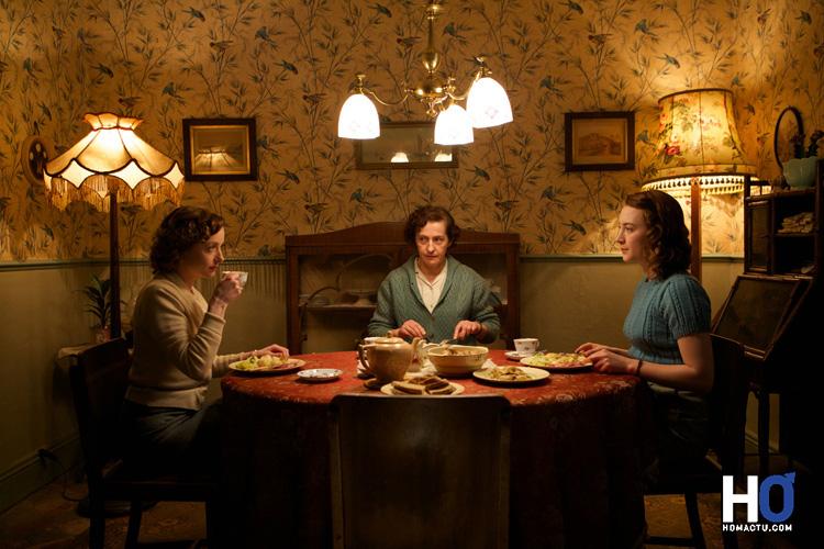Eilis Lacey (Saoirse Ronan) avec sa sœur et sa mère