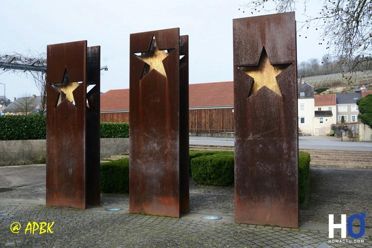 Ces 3 sculptures représentent le Benelux, l'Allemagne et la France