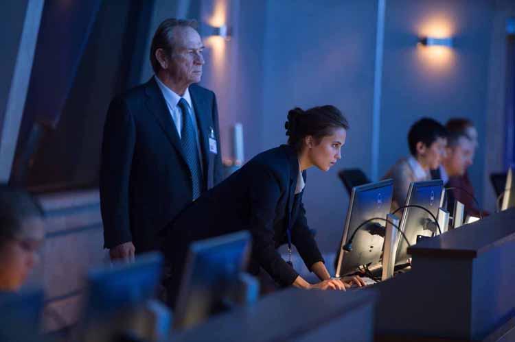 Robert Dewey (Tommy Lee Jones) et Heather Lee (Alicia Vikander)