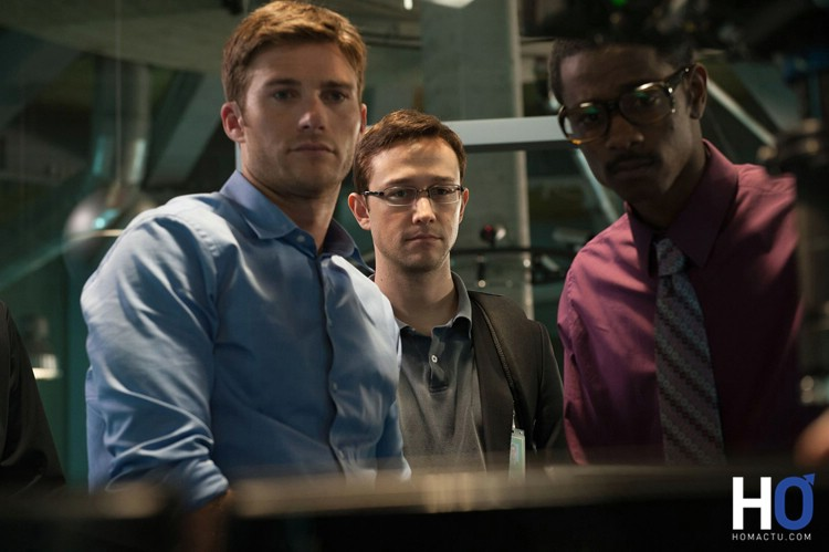 Un de ses superviseurs (Scott Eastwood) , Snowden et un collaborateur