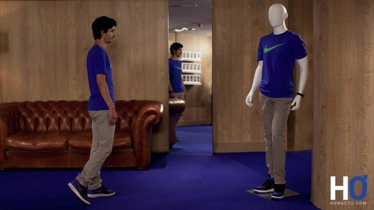 Yacine (Hamza Meziani) se retrouve devant un mannequin habillé exactement comme lui
