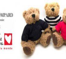 Eric Bompard habille la mascotte-ourson de Mécénat Chirurgie Cardiaque.
