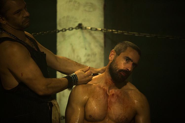 Ares (Ola Rapace) accepte de se faire injecter un produit dopant.