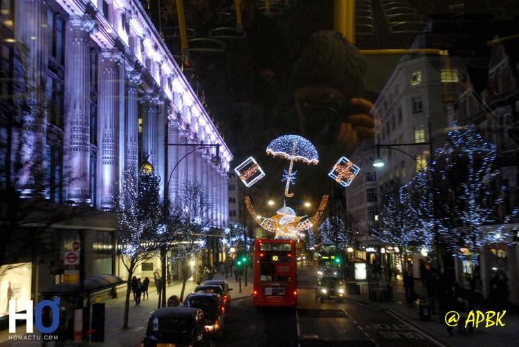 Regent Street, en ce moment, il y a encore les décorations de fin d'année.