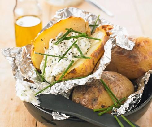 Pommes de terre en robe des champs, sauce cottage cheese et ciboulette.  –  Mode homme , lifestyle, culture,beauté, Homactu